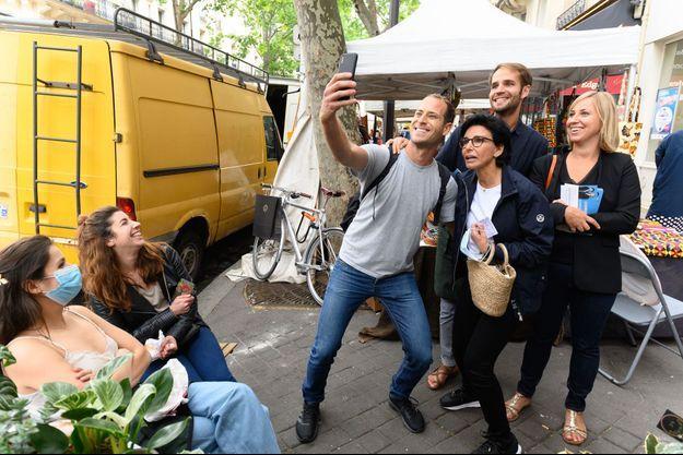 Selfie pour Rachida Dati pendant la campagne des municipales, à Paris, en juin 2020.