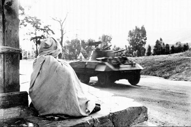 En 1956, un blindé de l'armée française traverse un village algérien.