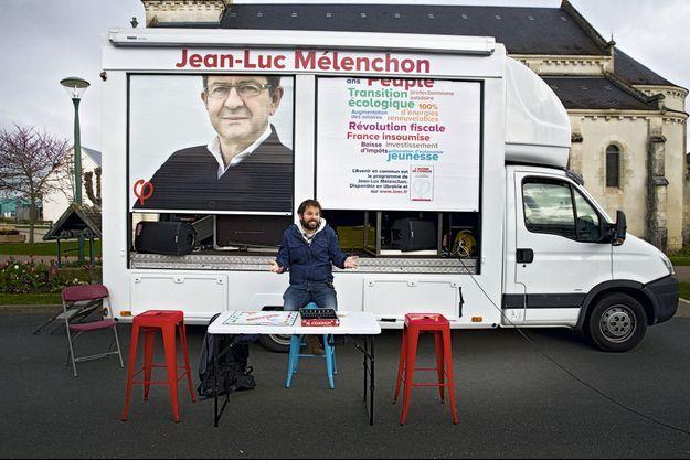 Julian, acteur et militant venu en renfort au Poinçonnet (Indre), dénonce avec humour la spéculation immobilière grâce à une partie de Monopoly.