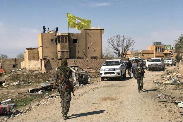 Le drapeau des forces syriennes flotte désormais à Baghouz.