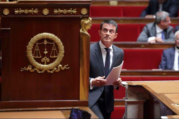 Manuel Valls arrive à la tribune de l'Assemblée nationale, mardi, pour son discours sur l'intervention en Syrie.