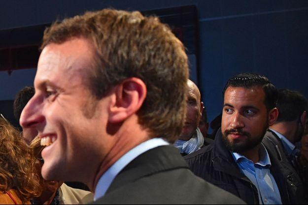 Alexandre Benalla auprès d'Emmanuel Macron le 11 octobre 2016, au Mans.