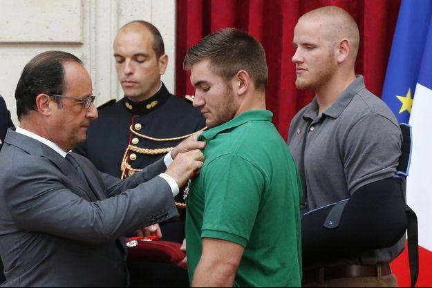 Lundi 24 août 2015. Les quatre héros qui ont permis d'éviter un massacre dans le train Thalys qui reliait Amsterdam à Paris reçoivent la Légion d'honneur.