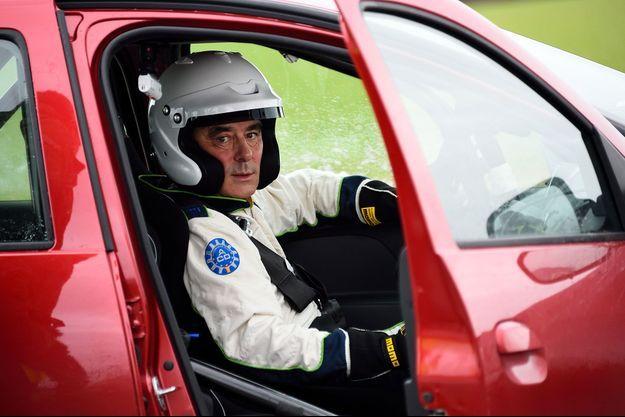 "François Fillon à bord de la Dacia Sandero de ""Top Gear France"". L'ex-Premier ministre est venu avec sa propre tenue."