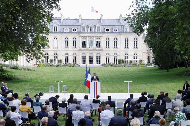 Le chef de l'Etat face aux 150 membres de la Convention pour le climat, dans le jardin de l'Elysée, le 29 juin.