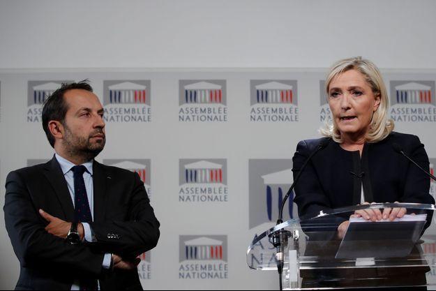 Marine Le Pen et Sébastien Chenu, porte-parole du Rassemblement National, lundi lors d'une conférence à l'Assemblée nationale.