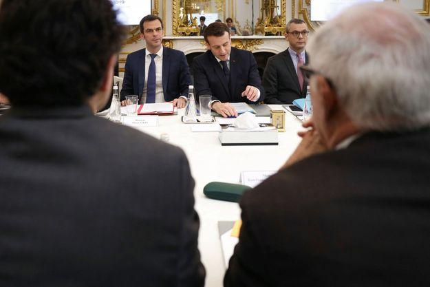 Olivier Véran, ministre des solidarités et de la santé, Alexis Kohler, secrétaire général de la présidence. Emmanuel Macron reçoit des acteurs de la recherche publique et privée engagés dans la lutte contre le COVID19, pour une réunion de travail à l'Elysée à Paris le 5 mars 2020.