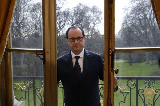 François Hollande à la fenêtre de son bureau à l'Elysée, en février dernier.