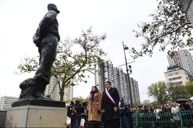 Anne Hidalgo et le maire du XIIIe arrondissement Jérôme Coumet devant le mémorial du Maréchal Juin.