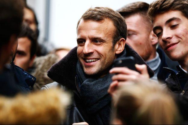 Emmanuel Macron le 1er novembre lors d'un bain de foule à Honfleur. (image d'illustration)