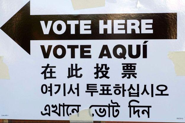 Indications en anglais, espagnol, chinois, coréen et bengali dans un bureau de vote de New York, le 4 novembre 2014.