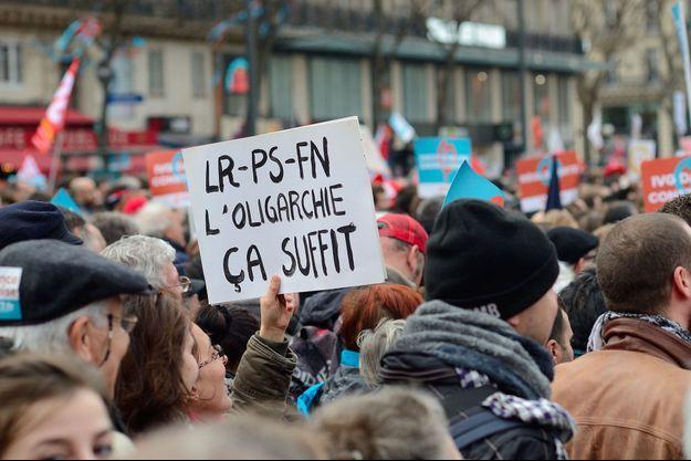 Une pancarte brandie à la Marche pour la VIème République organisée par les Insoumis, le 18 mars 2017 à Paris.
