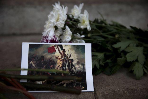 Des fleurs ont été déposées devant l'ambassade française, à Londres.
