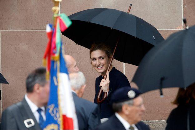 Julie Gayet sous un parapluie, au Mont Valérien.