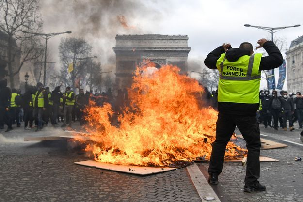 Un gilet jaune sur une barricade, samedi 16 mars à Paris.