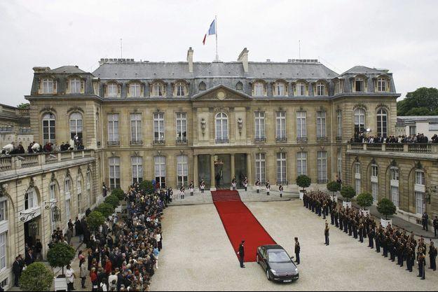 Le protocole républicain prévoit que le président sortant accueille le président élu dans la cour du palais de l'Elysée.