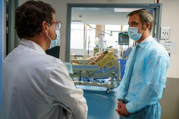 Avec le directeur de L'APHP Martin Hirsch, le 6 novembre. Lors de la visite d'Olivier Véran, le service de réanimation de l'hôpital Louis-Mourier à Colombes comptait onze patients atteints du Covid-19