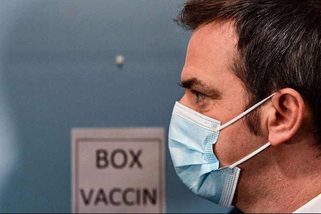 Le ministre de la Santé Olivier Véran en visite au centre de vaccination de l'Hôtel Dieu, à Paris, lundi, pour le lancement de la campagne destinée aux soignants de plus de 50 ans.