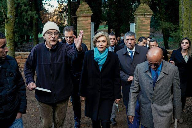 De g. à dr. : le père Eugène, avec Valérie Pécresse et les walis de Médéa et d'Alger, Badaoui Abbas et Abdelkader Zoukh, le 15 décembre au monastère de Tibéhirine.