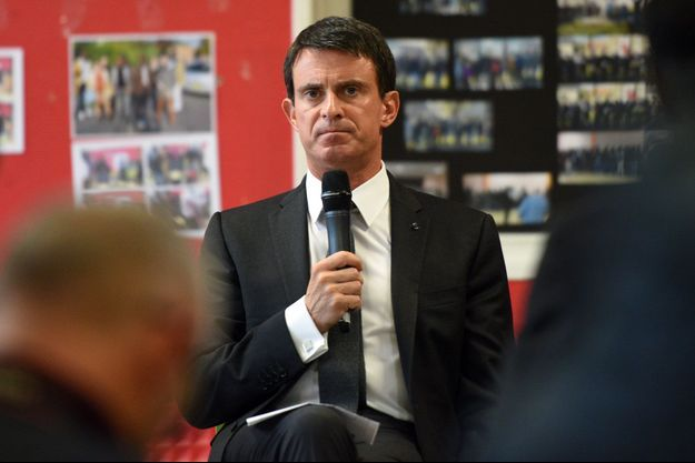 Manuel Valls lundi dans un centre d'accueil de migrants à Croisilles, près d'Arras.