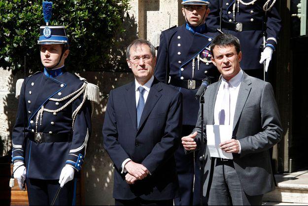 Claude Guéant et Manuel Valls lors de la passation de pouvoir du 17 mai dernier.