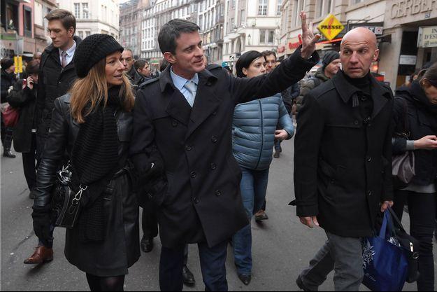 Manuel Valls et sa femme Anne Gravoin, en visite au marché de Noel de Strasbourg fin décembre.