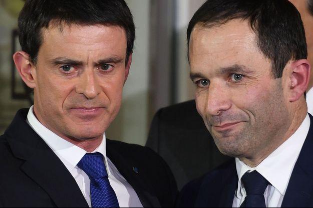 La poignée de main de Manuel Valls et Benoît Hamon à Solférino (Paris), après la victoire de ce dernier à la primaire de la gauche le 29 janvier 2017.