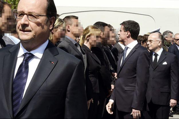 Manuel Valls, derrière François Hollande, fait face au policier qui a refusé de lui serrer la main.