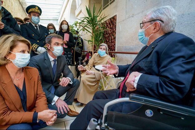 Olivier Véran avec des résidents de l'Ehpad Maison Ferrari le 6 novembre, à Clamart, en compagnie de Brigitte Bourguignon, ministre déléguée chargée de l'Autonomie.