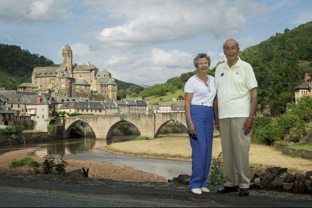 Le 5 juillet, Anne-Aymone à ses côtés, Valéry Giscard d'Estaing au pied du château du XVe siècle racheté en 2005 à la commune d'Estaing.