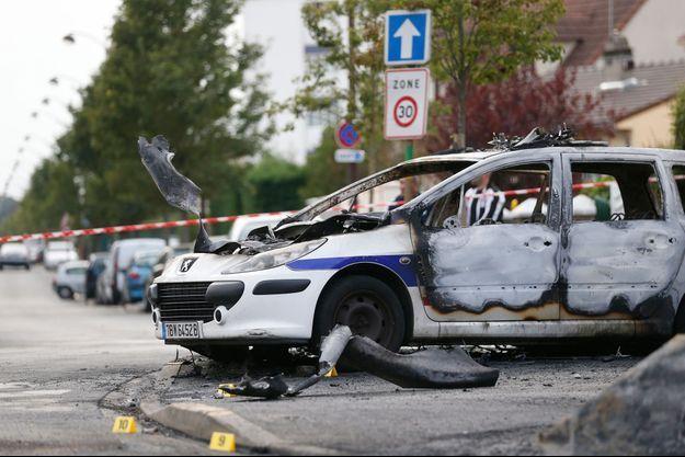 Ce qui reste d'une des deux voitures de police brûlées.