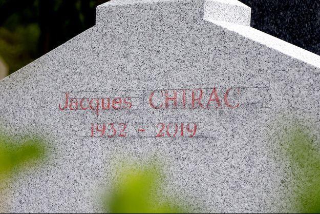 La tombe de Jacques Chirac au cimetière de Montparnasse.