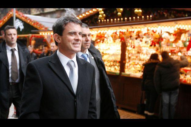 Manuel Valls sur le marché de Noël de Strasbourg, mercredi.