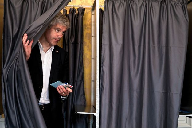 Laurent Wauquiez vote au Puy-en-Velay, en Haute-Loire, le matin du dimanche 26 mai.