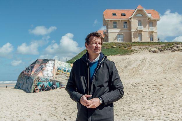 Yannick Jadot au pied de la villa des «maisons jumelles», le 14 mai, sur la plage de Biscarrosse.