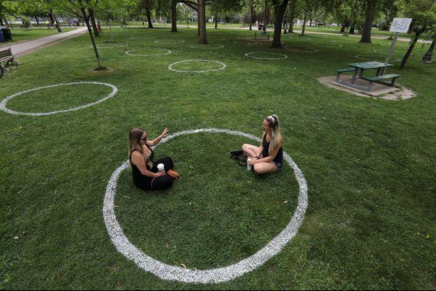 Un jardin aménagé pour respecter les barrières sociales, à Toronto au Canada.
