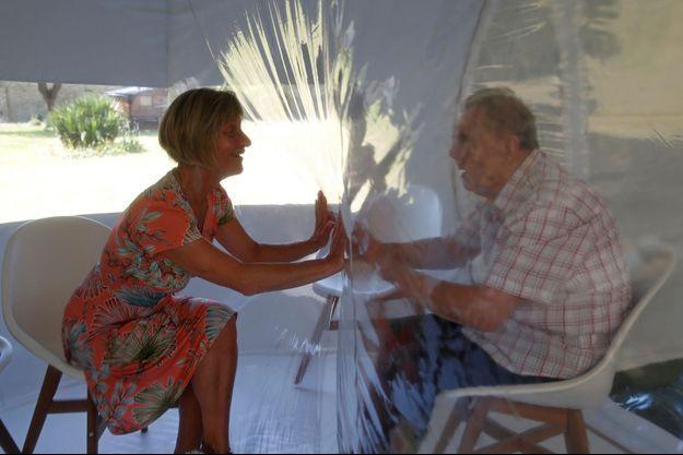 Deux personnes se parlent à travers une bulle à l'Ephad de Bourbourg.