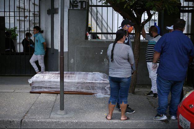 Un cercueil devant l'entrée d'un cimetière de Guayaquil.