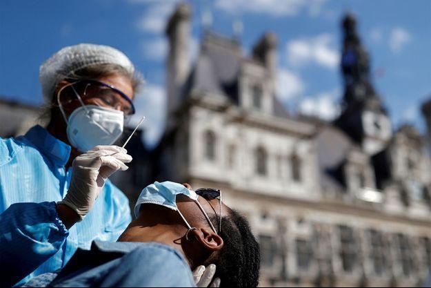 Une personne testée à Paris.