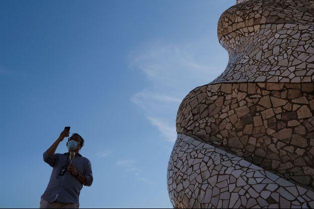 Un touriste en Espagne, dont la Catalogne est touchée par le possible début d'une deuxième vague de coronavirus.