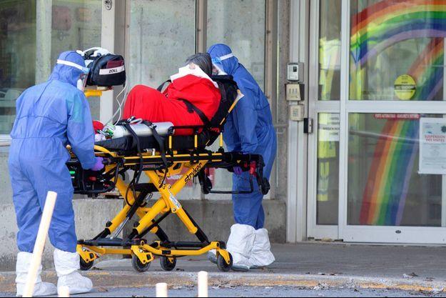 Transport d'un patient à Laval, au Canada, le 16 avril 2020.