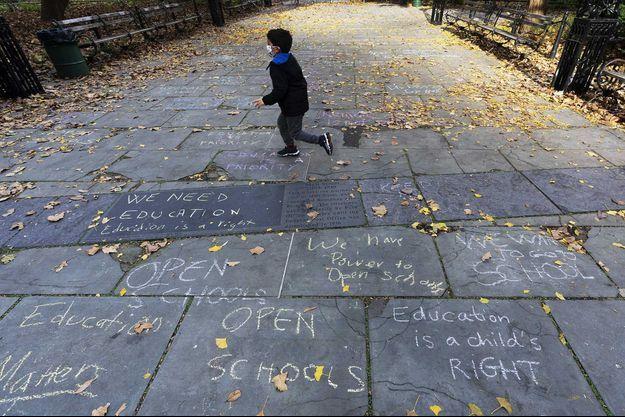Des inscriptions à la craie sur les trottoirs newyorkais demandant à rouvrir les écoles.