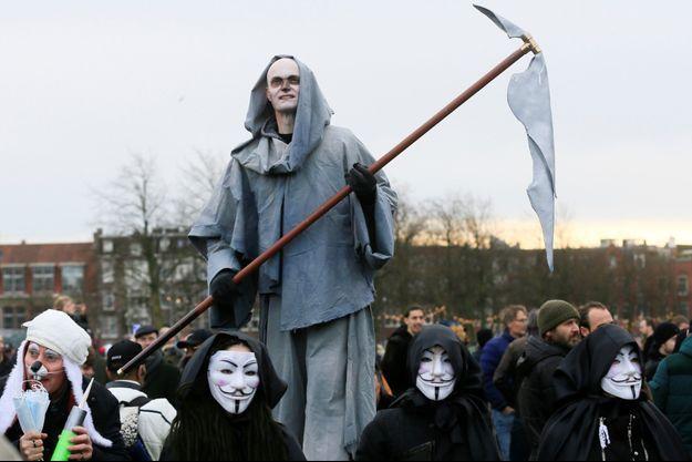Une manifestation contre les restrictions à cause du covid-19, à Amsterdam, dimanche 24 janvier.