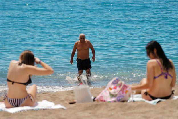 Sur une plage de Malaga, en Espagne, lundi.