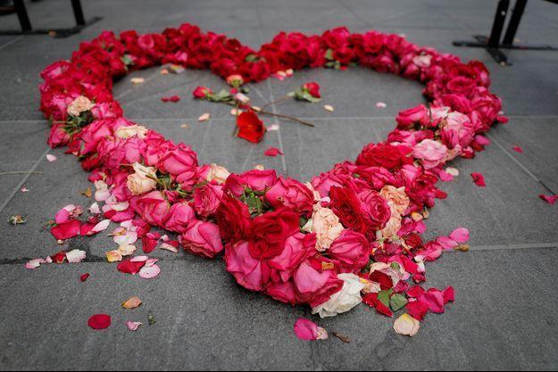 Un coeur en pétale de rose à New York, en hommage aux victimes du coronavirus.