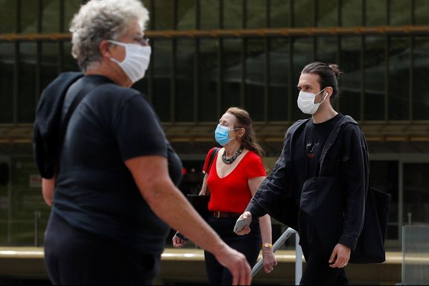 Des passants portant des masques, à Paris, le 20 juillet.