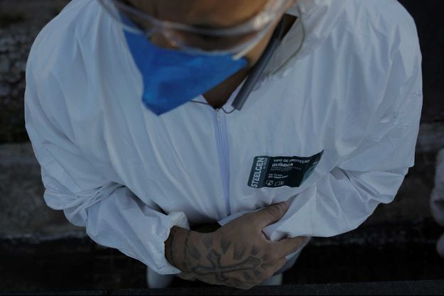 Un employé de pompes funèbres, le 24 avril à Rio de Janeiro, au Brésil.