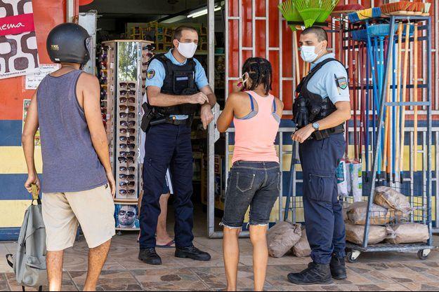 Controle du respect du couvre-feu, ici à Remire-Montjoly en Guyane.