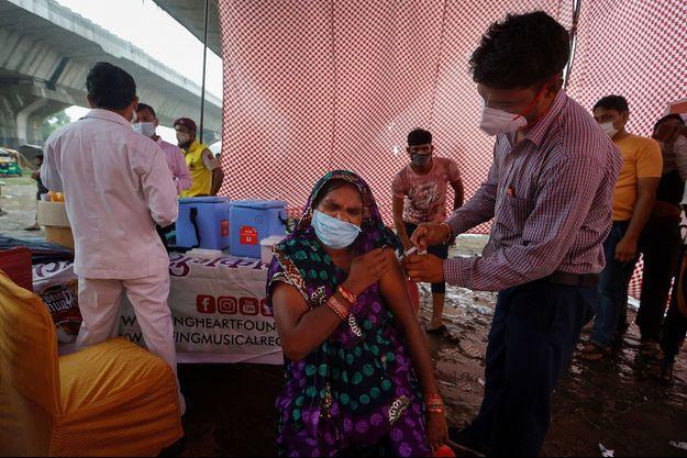 Une femme se fait vacciner à New Delhi en Inde, le 31 août 2021.