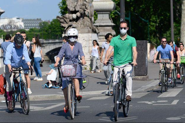 Des cyclistes à Paris avec des masques.